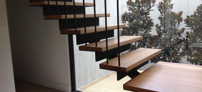Лестница на тетивах или косоурах, что лучше?