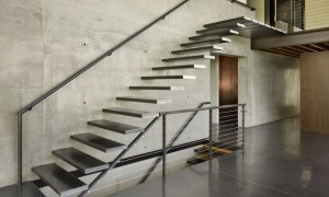 Железная лестница на второй этаж
