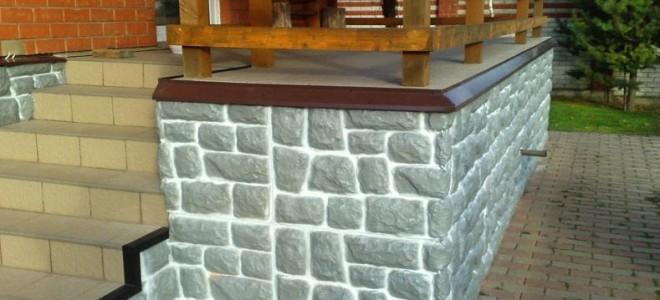 Обшивка цоколя дома панелями под камень самостоятельно