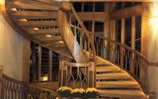Чем покрасить деревянную лестницу в доме на второй этаж?
