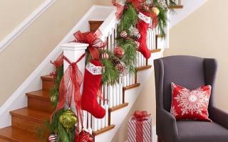 35 свежих идей украшения лестницы к Новому году