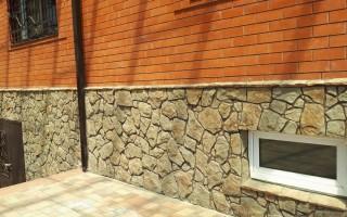 Отделка фундамента дома искусственным камнем