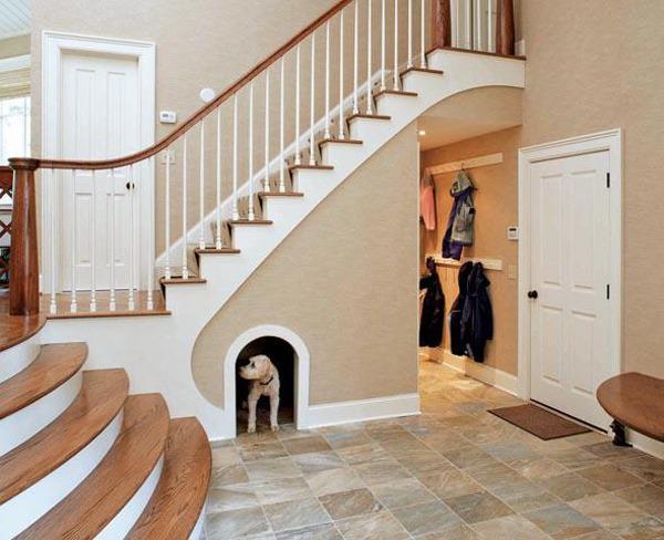 место для домашних животных под лестницей