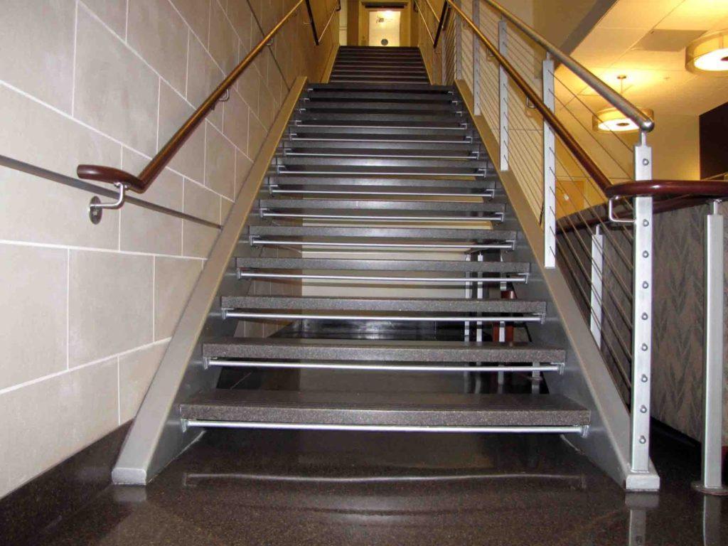 металлическая лестница на тетиве