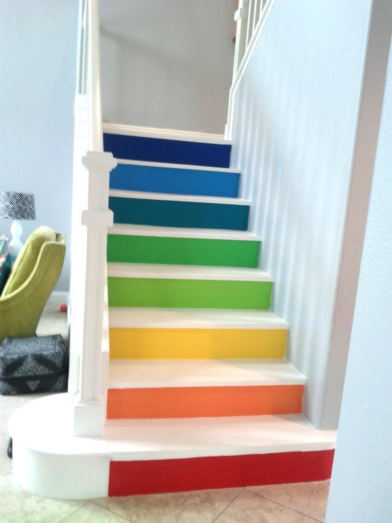 крашенная деревянная лестница