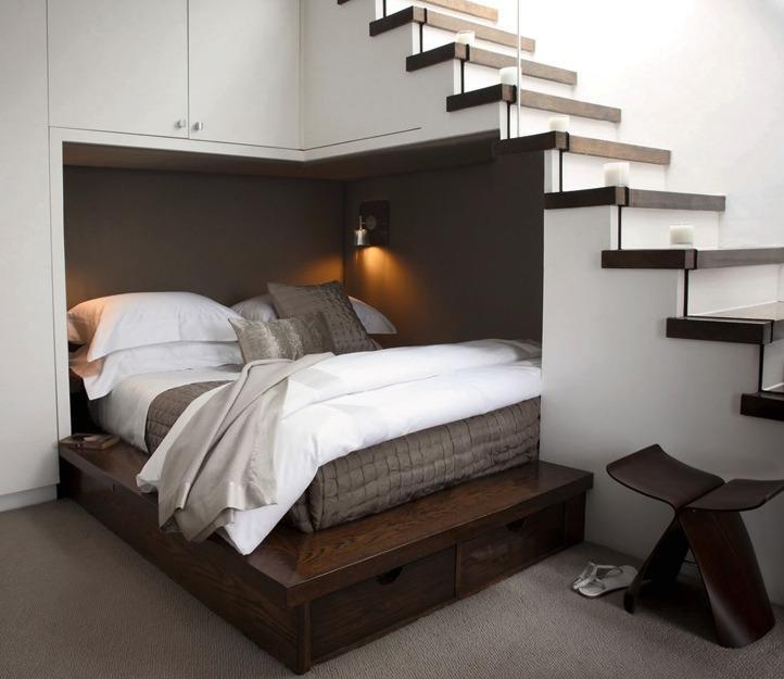 место отдыха под лестницей