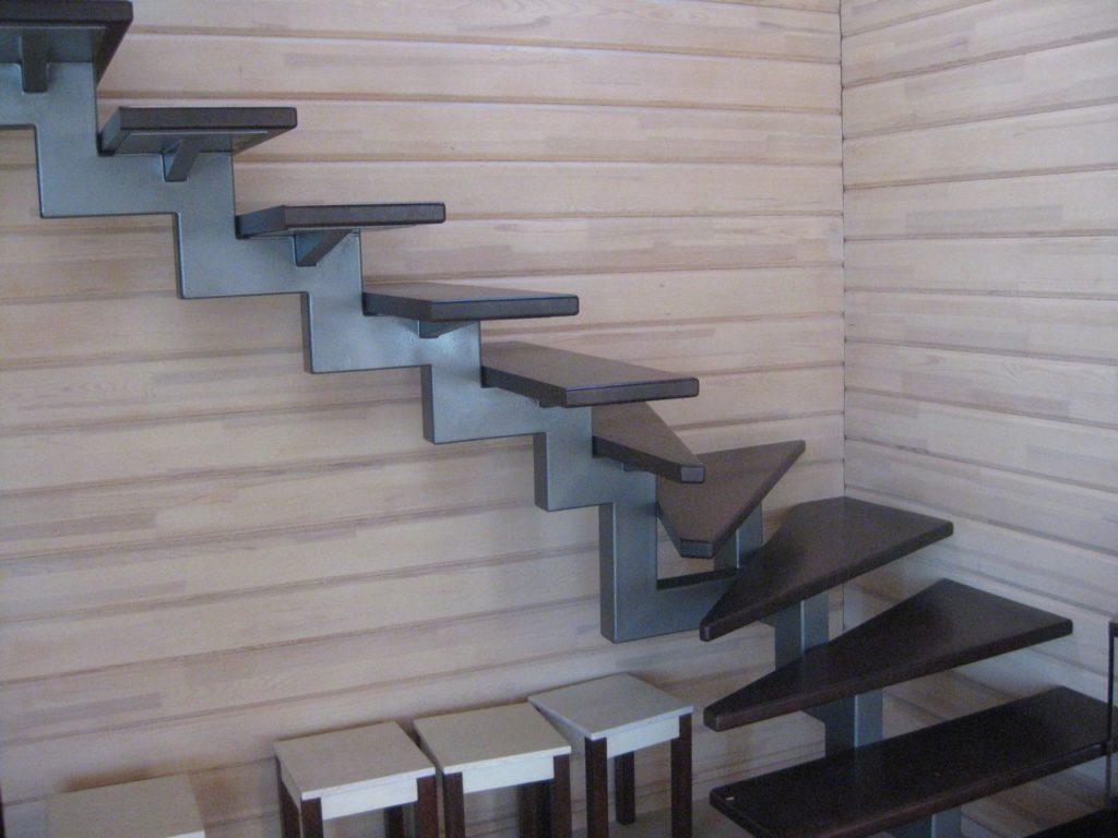 Металлическая лестница на центральном косоуре