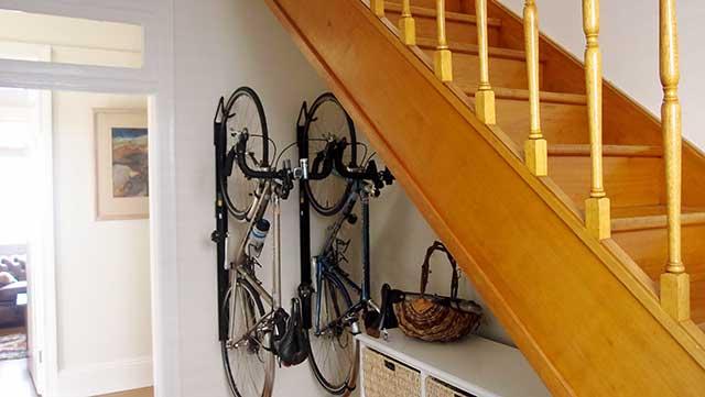 гараж для велосипедов под лестницей