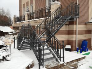 разворотная входная лестница