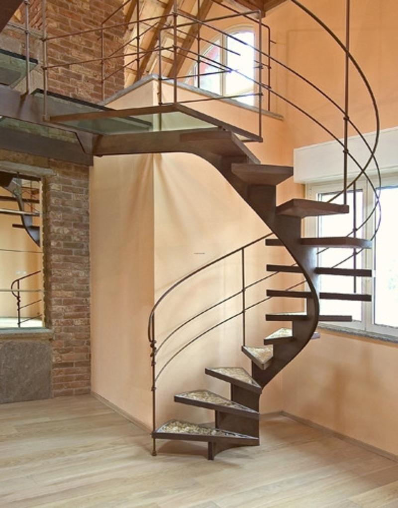 металлическая винтовая лестница на косоуре