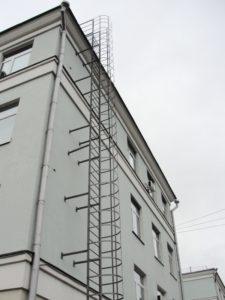 угол наклона пожарной лестницы