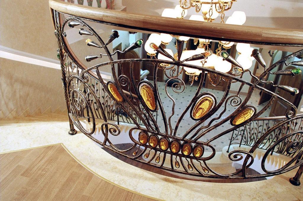 сочетание кованых перил со стеклом