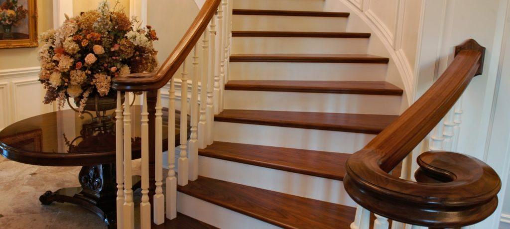 деревянные ступени на бетонной лестнице