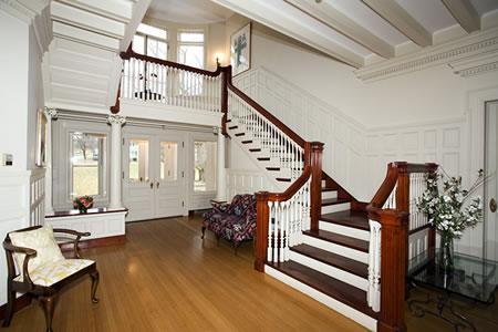 Г-образная лестница в скандинавском стиле