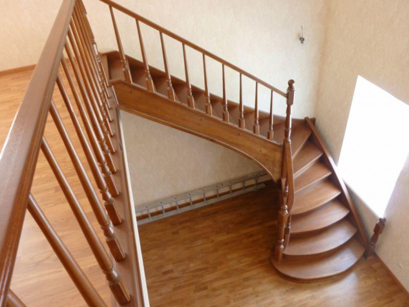 поворотная лестница с забежными ступенями
