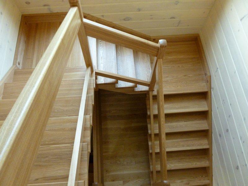 деревянная лестница с площадкой