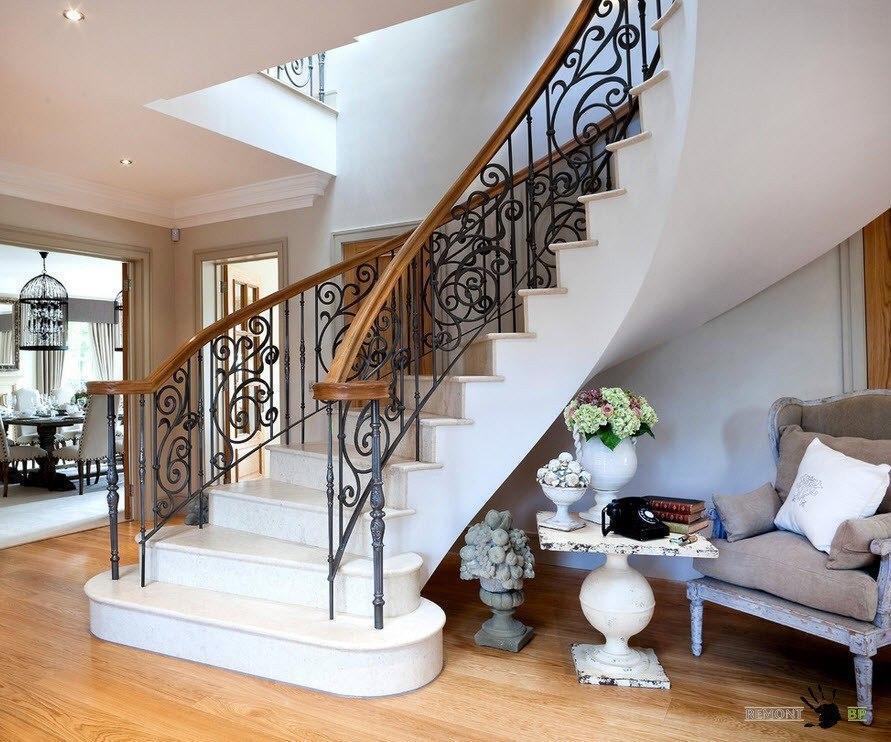 лестница из комбинированных материалов