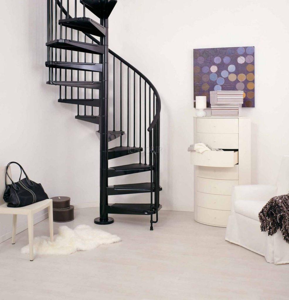 металлическая винтовая лестница на больцах
