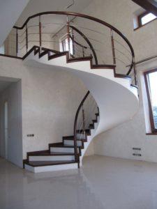 внутренняя бетонная винтовая лестница