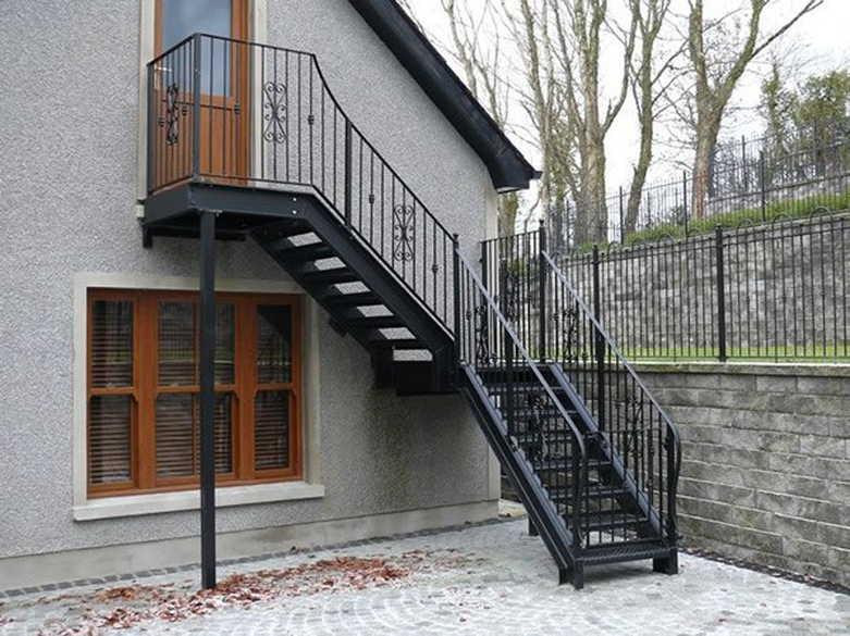 уличная лестница на второй этаж