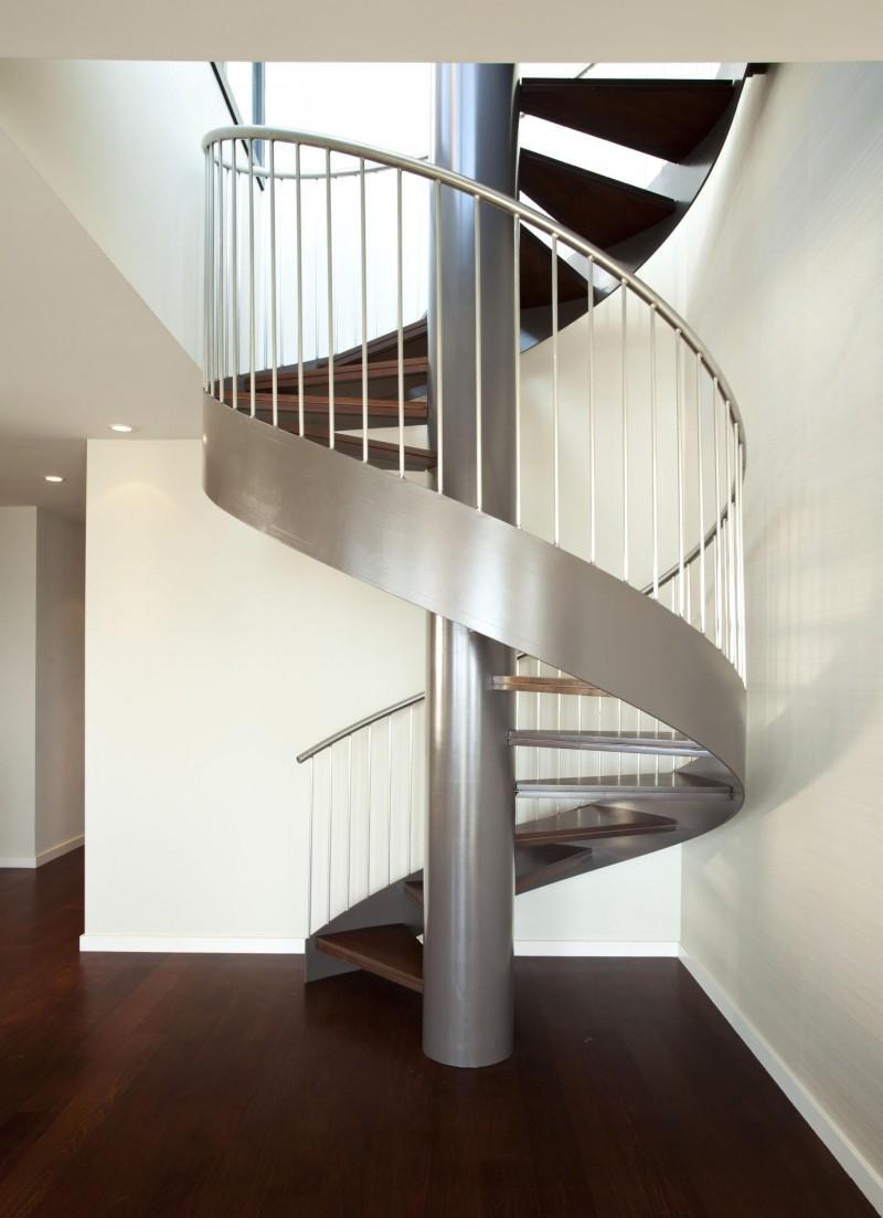 металлическая винтовая лестница на тетиве и опорном столбе