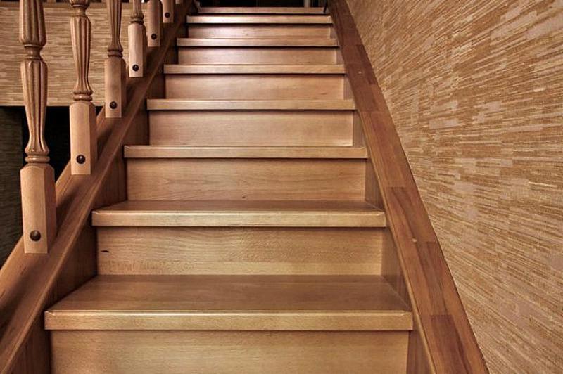 закрытые ступени деревянной лестницы