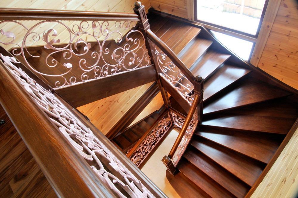 поворотная лестница на тетиве